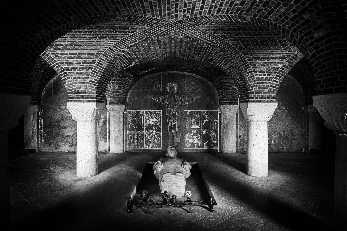 Beeld-in-crypte-begraafplaats-Lommel