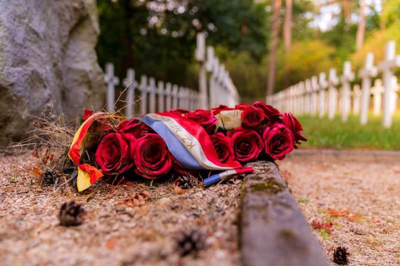 Geheime-executieplaat-Hechtel-bloemstuk