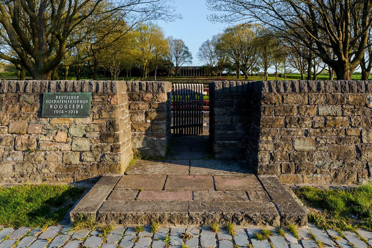 Hooglede-Duitse-begraafplaats-ingang