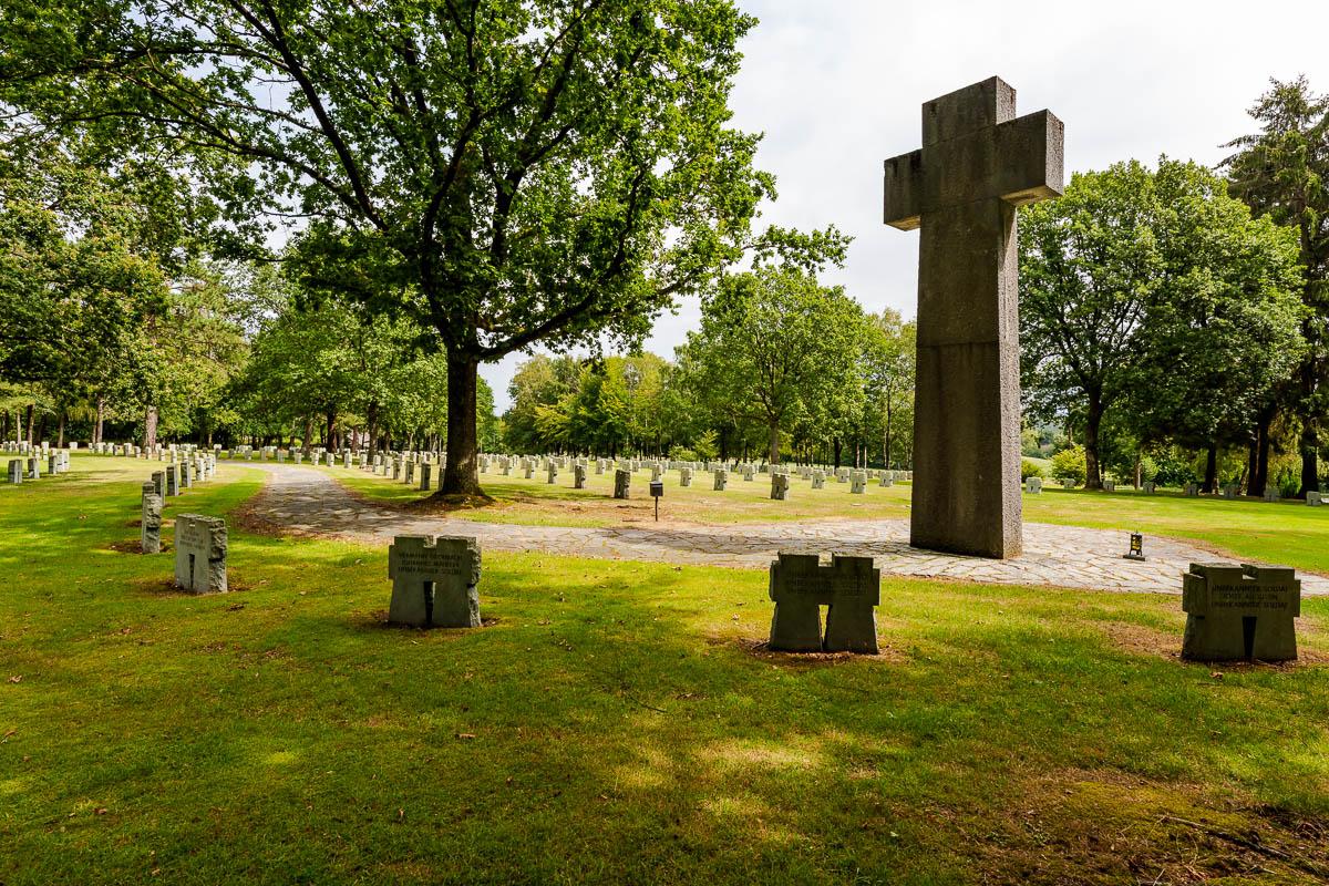 Groot kruis op de begraafplaats